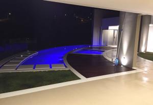 Descubra se investir em iluminação na piscina é uma boa ideia